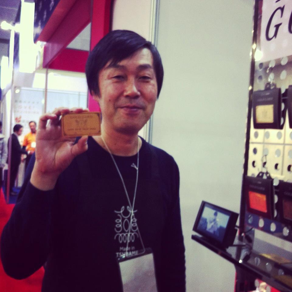 Gold Gardを持つ燕商工会議所高野さん